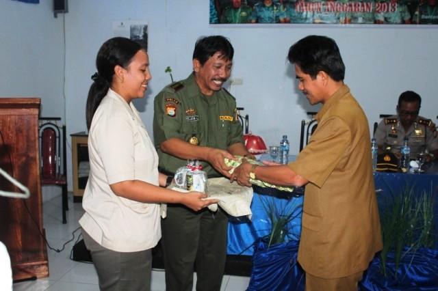 Pemberian cindera mata oleh Kepala Balai TN Taka Bonerate kepada Wakil Bupati Kepulauan Selayar.