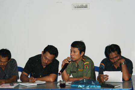 Diskusi para peserta Rapat Monitoring dan Evaluasi Penanganan Kasus