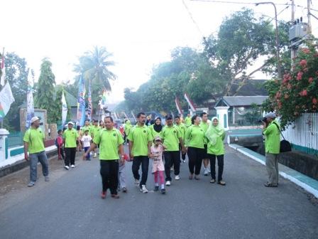 Jalan santai diikuti pegawai dan staf kantor beserta keluarga.