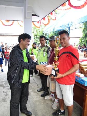 Penyerahan hadiah futsal oleh Kepala Balai Taman Nasionan Takabonerate.