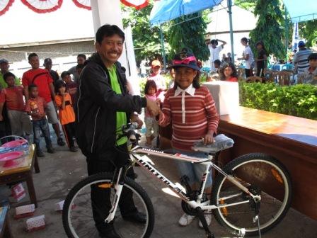 Penyerahan undian sepeda santai oleh Kepala Balai Taman Nasional Takabonerate.