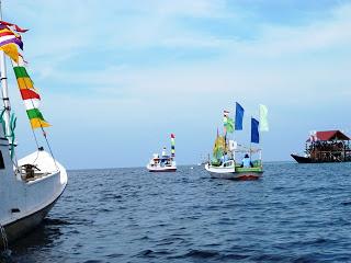 x1.Lomba Perahu Hias, sebagai ajang pelibatan masyarakat, meningkatkan budaya dan kreasi, serta menanamkan kesadaran konservasi, dengan mengarahkan hiasan kapal mengarah pada konservasi.