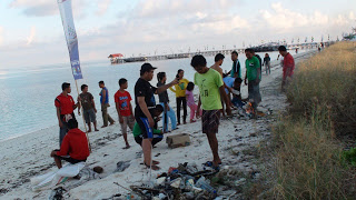 Bersih pantai sebagai aksi kepedulian terhadap kebersihan lingkungan kawasan taman nasional.