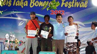 Kepala Balai TN Taka Bonerate Ir. Noel Layuk Allo, MM bersama para pemenang lomba transplatasi karang pada malam anugerah festival taka bonerate 2012.