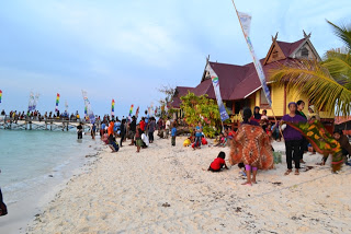 Masyarakat desa disalam dan sekitar kawasan memenuhi pulau tinabo menyaksikan dan ikut serta dalam Festival Taka Bonerate 2012.