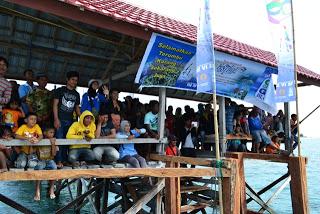 x15.para penonton dan warga masyarakat memenuhi dermaga pulau tinabo menyaksikan lomba perahu hias