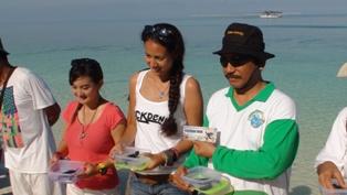 Kepala Balai TN Taka Bonerate Ir. Noel Layuk Allo, MM bersama para peserta Taka Bonerate Festival 2012 mekukanan pelepasan tukik sebagai aksi kepedulian melindungi penyu dari kepunahan.