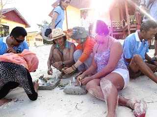 Miss Scuba Internasional bersama para tamu dan undangan lainnya melakukan transplantasi karang sebagai aksi kepedulian kelestarian terumbu karang.