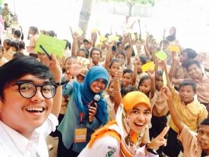 Foto bersama relawan dan siswa